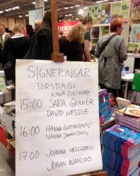 Skylt med namnen på de tecknare som signerade på Seriescenen 2013. Foto: Malinda Lindmark.